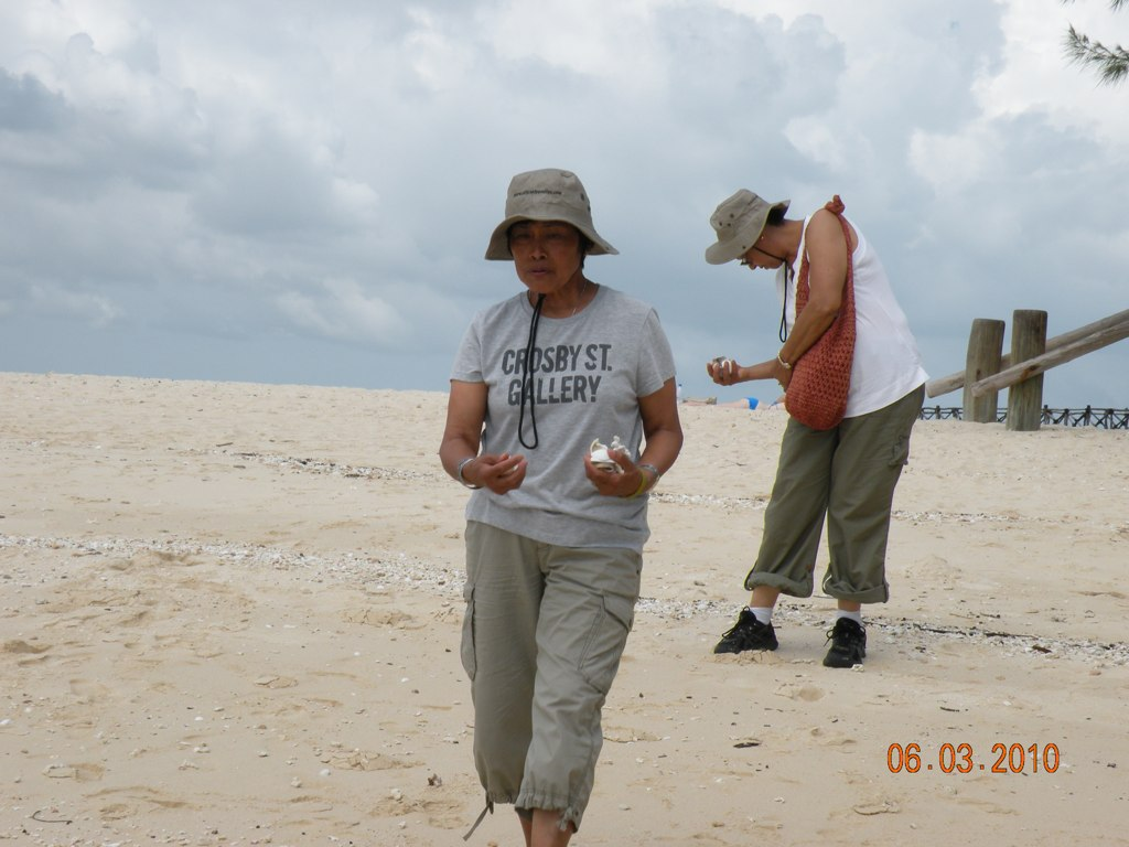 Laureta and Madrie collecting shells